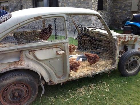 Recyclage des vieux objets - carcasse de voiture - Les Doigts Fleuris